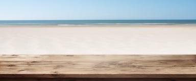 有空的木桌的海滩全景 库存图片
