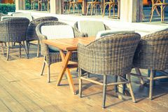 有空的椅子和桌的室外露台 免版税图库摄影