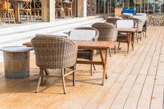 有空的椅子和桌的室外露台 库存照片