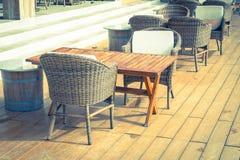 有空的椅子和桌的室外露台 库存图片