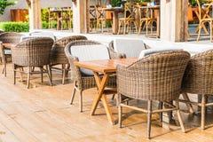 有空的椅子和桌的室外露台 图库摄影