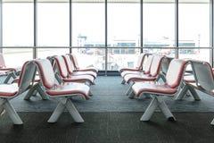 有空的椅子的离开休息室在机场终端  库存照片