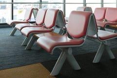 有空的椅子的离开休息室在机场终端  免版税库存照片