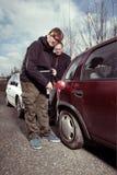有空的汽车坦克的司机要求同事帮助和汽油 免版税图库摄影