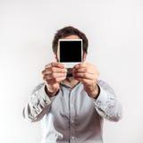 有空的照片框架的年轻人我在面孔 库存图片