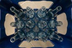 有空的玻璃瓶的一个条板箱 免版税库存照片