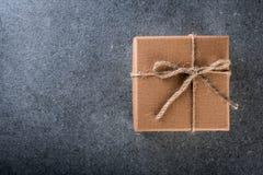 有空的空间的礼物盒文本的,一个空插件和大模型,为圣诞节,桌面顶视图提出 免版税库存照片