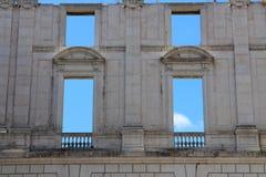 有空的窗口的墙壁在Ajuda全国宫殿,里斯本,葡萄牙 免版税库存照片