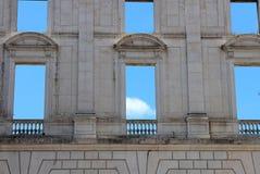 有空的窗口的墙壁在Ajuda全国宫殿, 库存照片