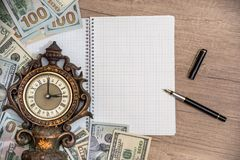 有空的笔记薄的老时钟 货币 免版税库存图片