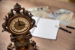 有空的笔记薄的老时钟 库存照片