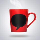 有空的粉笔板的红色陶瓷杯子。 免版税库存图片