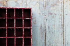 有空的红色碗柜的老破旧的蓝色木墙壁 免版税库存照片