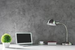 有空的膝上型计算机的创造性的书桌 免版税图库摄影
