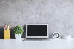 有空的膝上型计算机的当代书桌 免版税库存照片