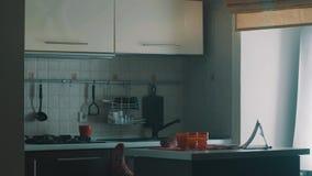 有空的水罐的笨拙的女孩在厨房地板上滑倒并且跌倒在早晨 影视素材