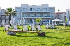 有空的sunbeds的棕榈滩 库存图片