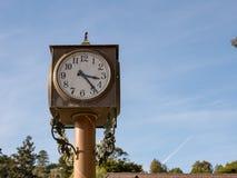 有空间的室外时钟在右边 图库摄影