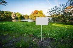 有空间的空的板材文本的在有池塘的一个公园 库存图片