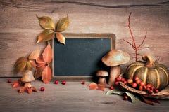有空间的黑板您的与秋天decorat的问候文本的 库存图片