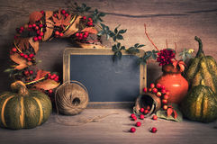 有空间的黑板您的与秋天decorat的问候文本的 免版税库存照片