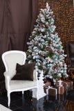 有穿戴的圣诞树的圣诞节或新年室与蓝色和棕色圣诞节球和蜡烛,装饰礼物包裹了w 免版税库存照片