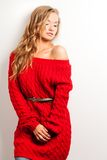 有穿的红色礼服白肤金发的性感的妇女 免版税库存照片