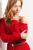 有穿的红色礼服白肤金发的性感的妇女 免版税库存图片