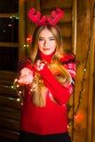 有穿红色毛线衣的欢乐光的美丽的女孩 免版税库存照片