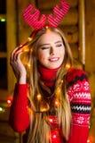 有穿红色毛线衣的欢乐光的美丽的女孩 图库摄影
