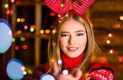 有穿红色毛线衣的欢乐光的美丽的女孩 库存图片