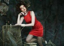 有穿红色礼服的创造性的脸的少妇 库存图片