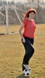 美丽的新女性足球运动员 免版税库存图片
