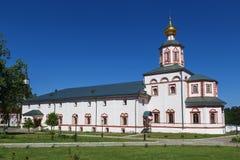 有突然显现在Valday Iversky Svyatoozerskaya修道院里,诺夫哥罗德地区的教会的餐厅 库存图片