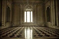 有窗口、光束和赤土陶器的fl鬼的巴洛克式的样式室 免版税库存照片