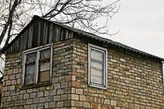 有窗口和屋顶的老砖房子 免版税库存照片