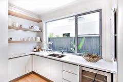 有窗口和柜台的现代厨房器物商店 免版税库存图片