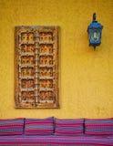 有窗口和灯的墙壁 免版税库存照片