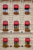 有窗口和花的美丽的房子 免版税库存照片