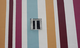 有窗口的五颜六色的镶边墙壁 免版税库存图片