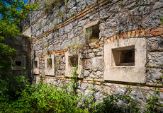 有窗口的古老设防墙壁 免版税图库摄影