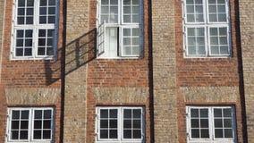 有窗口的城市墙壁 库存照片