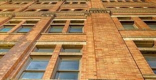 有窗口的抽象修造的墙壁 免版税库存照片