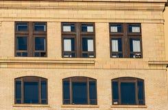 有窗口的抽象修造的墙壁 图库摄影