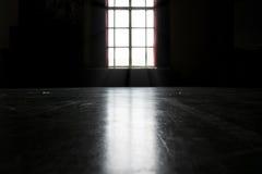 有窗口的暗室 免版税图库摄影