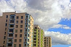 有窗口的现代多层的反对天空和云彩的房子和阳台 免版税库存图片