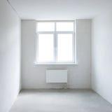 有窗口的白方块室 免版税库存照片