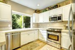 有窗口的白色厨房室 库存图片