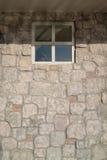 有窗口的石表面饰板墙壁 免版税库存图片