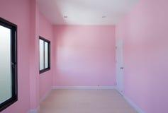 有窗口的空的室和门在房子里 库存照片